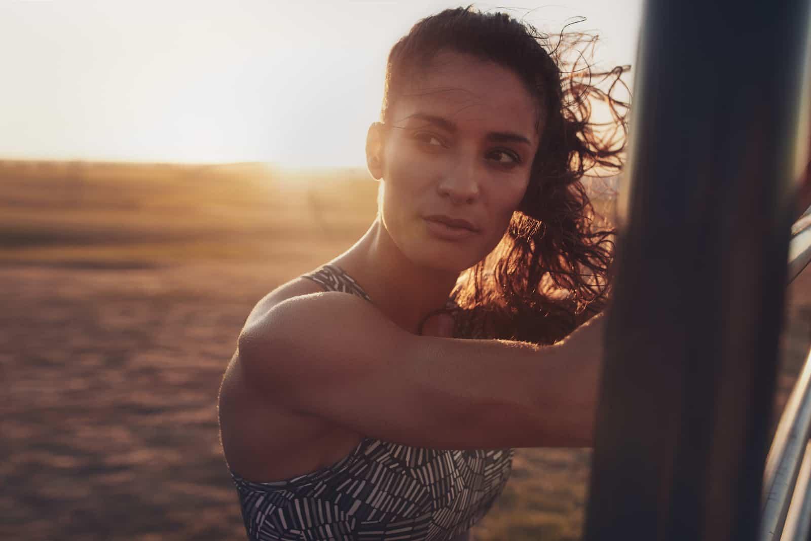 porträtt av beslutsam ung kvinna som står på stranden