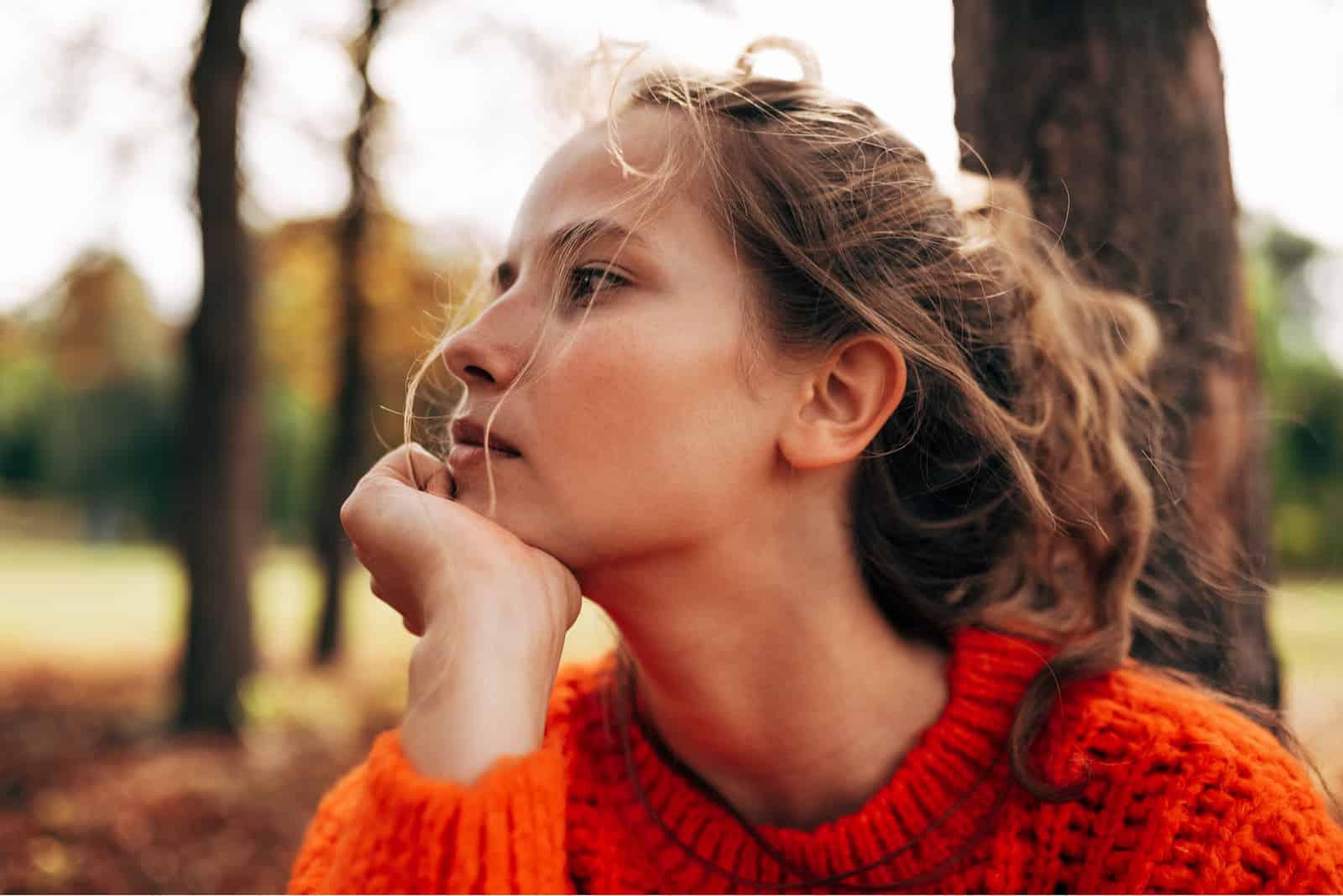 porträtt av fundersam kvinna som tittar bort