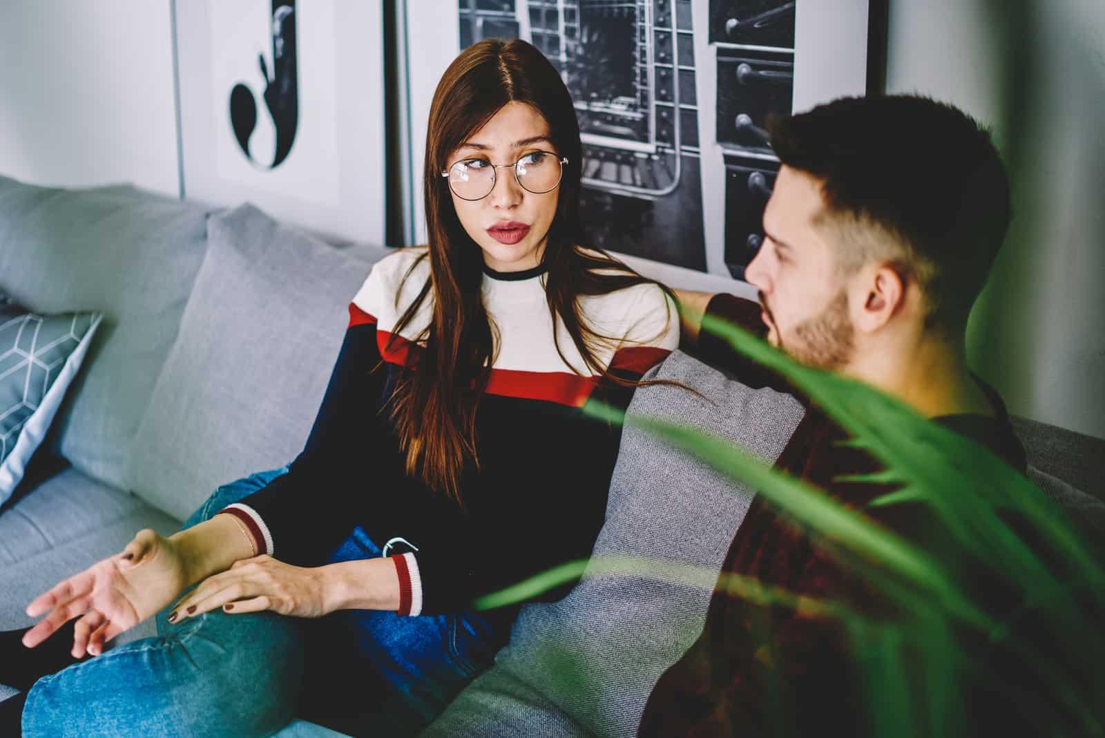 seriöst par sitter och pratar