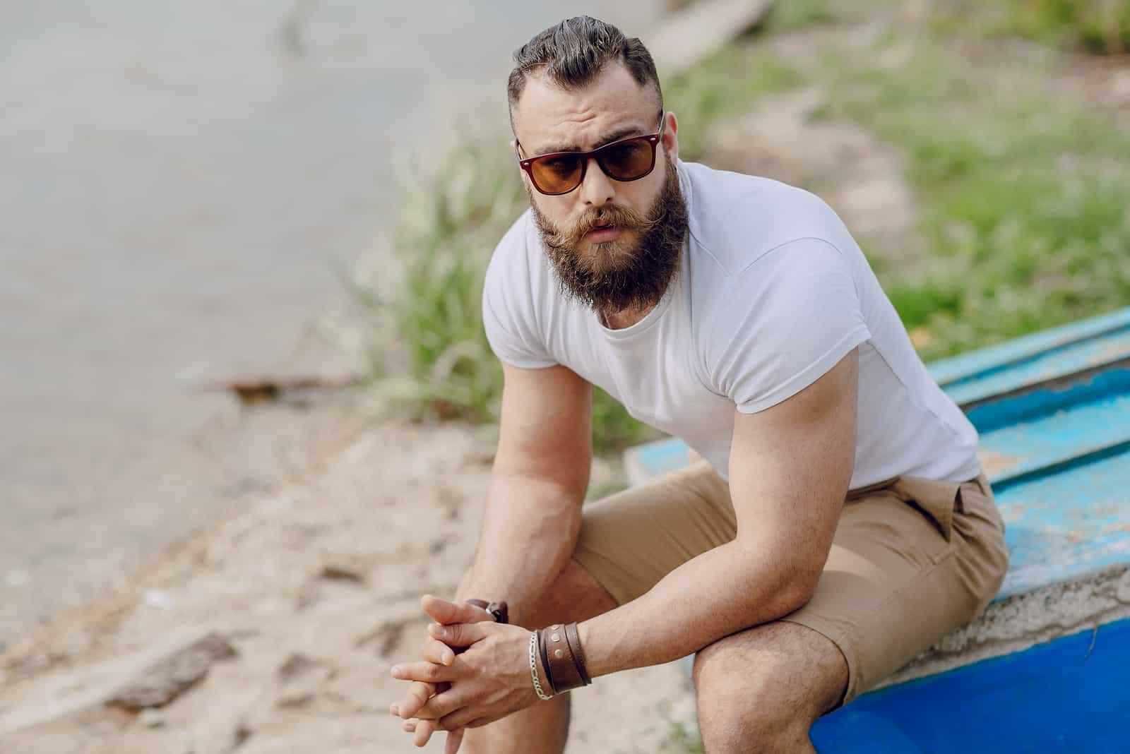 skäggig man på stranden