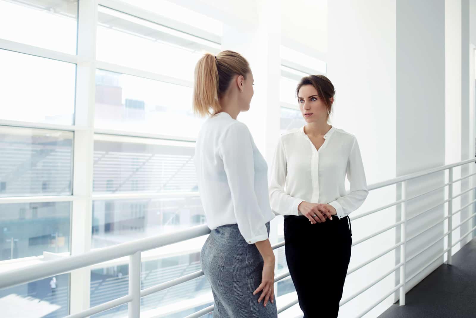två kvinnliga kollegor som pratar