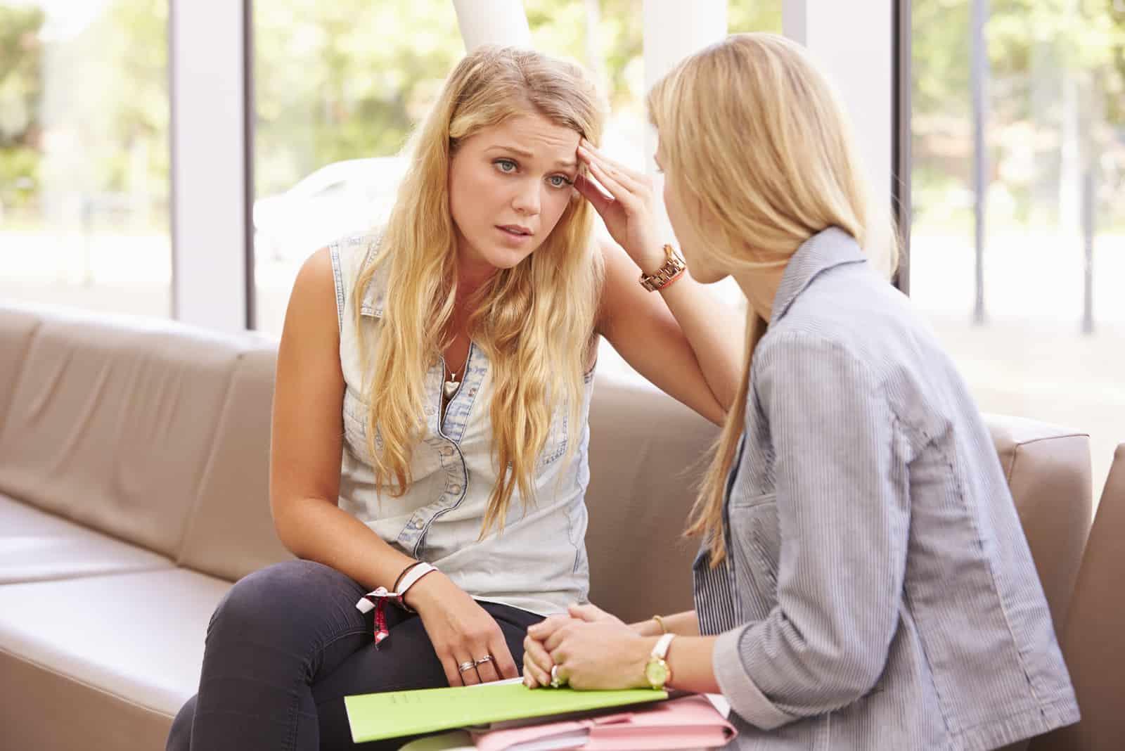 två kvinnor talar på allvar
