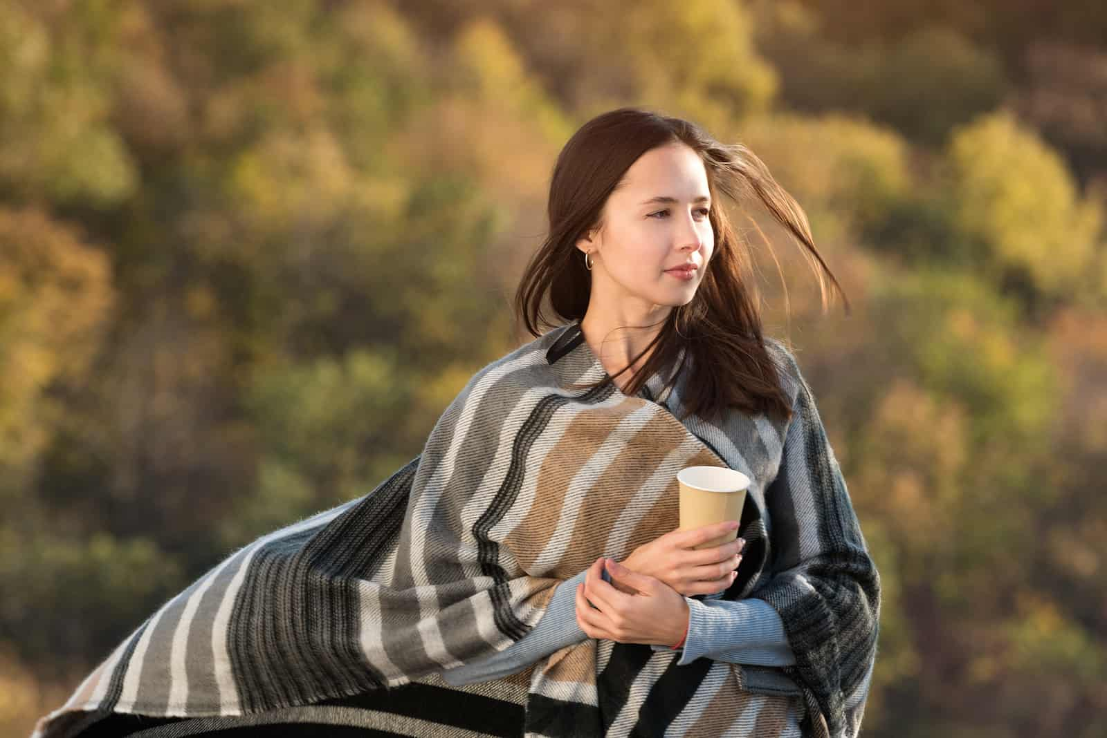 ung kvinde pakket ind i et tæppe