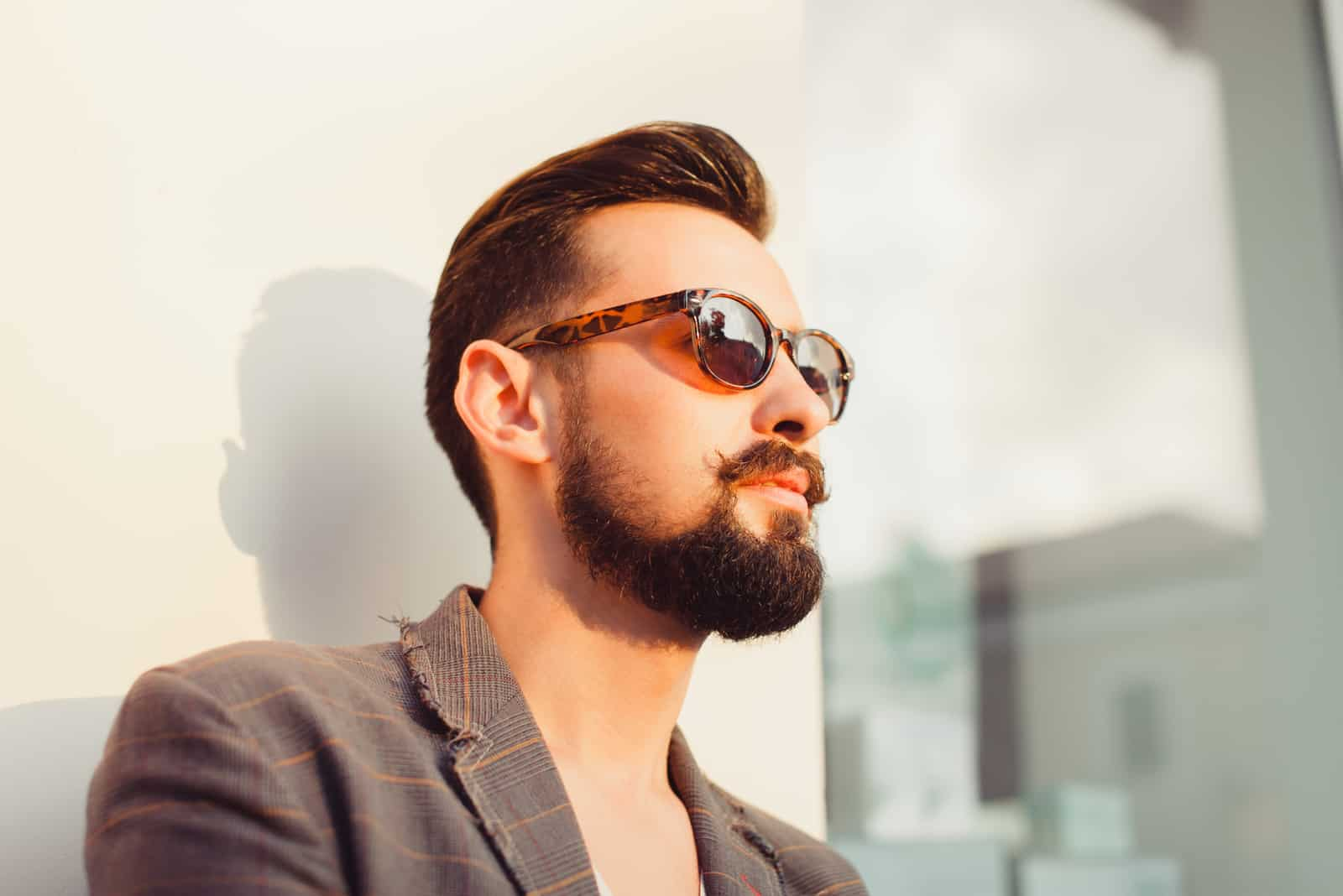ung skägg man bär solglasögon