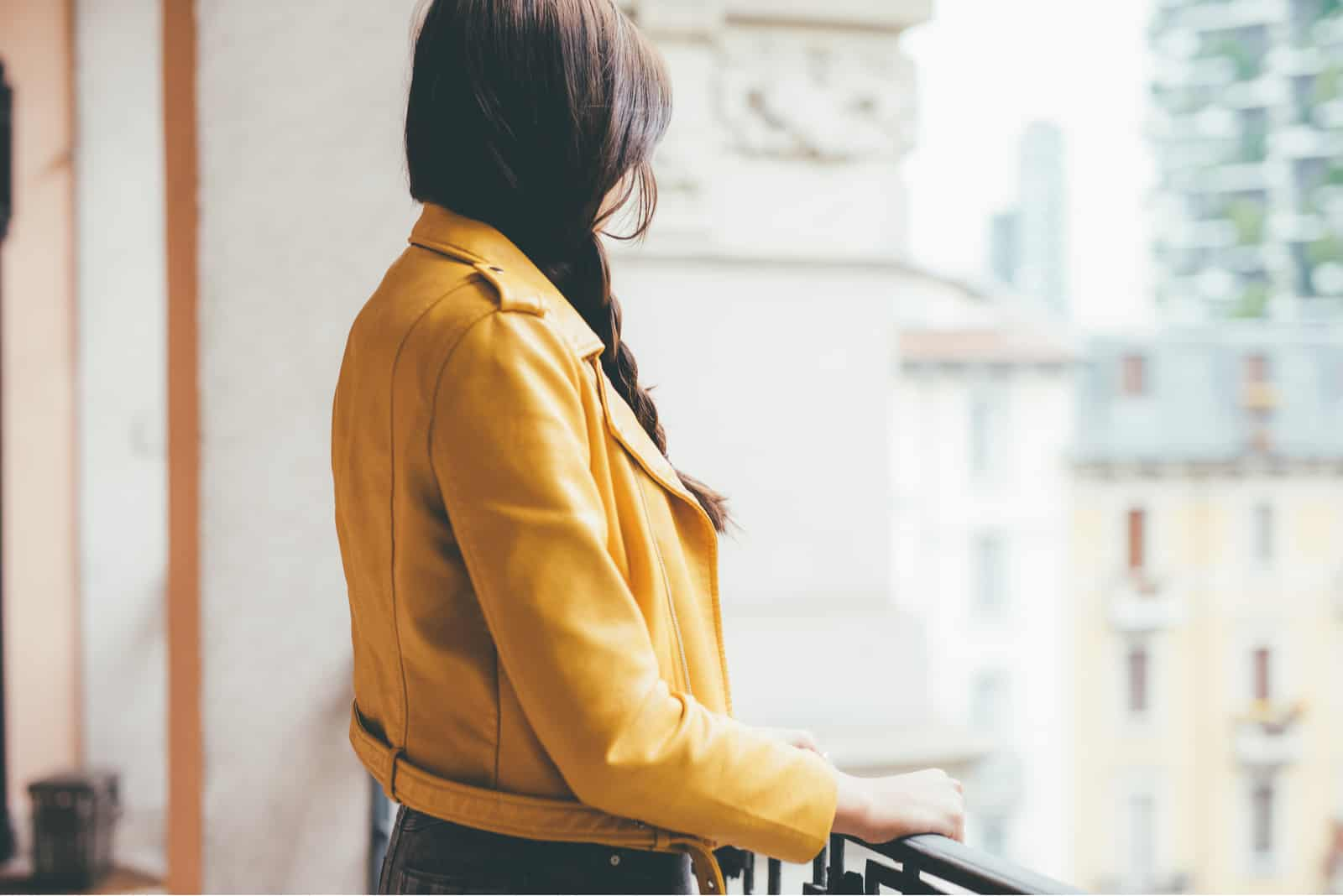 ung vacker kaukasisk brun hår kvinna lutad på ledstången