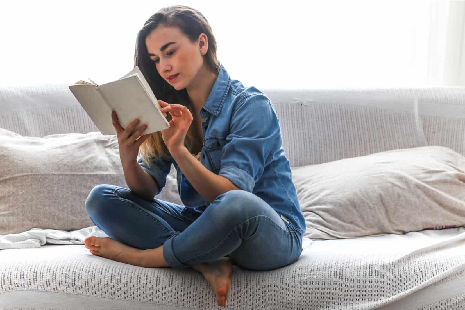 vacker flicka, läser en bok