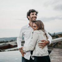 lyckliga par kramar